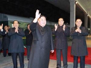 Младоци с бели ръкавици подтичват около бронирания влак на Ким Чен-ун и... бършат вратите му