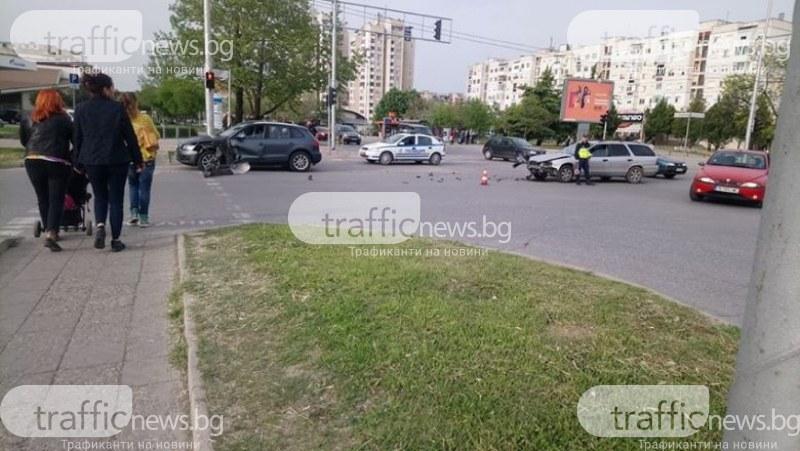 Две коли се помляха до Форума в Пловдив! На пътя се разхвърчаха ламарини