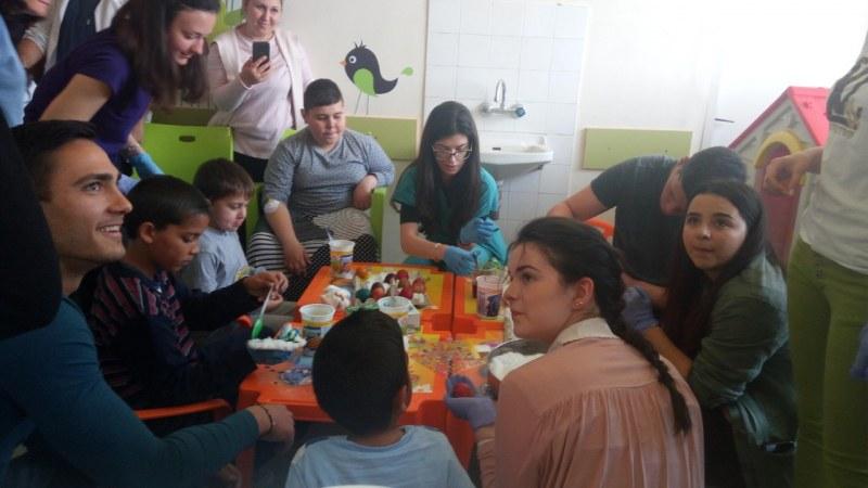"Студенти медици боядисваха яйца с пациентите на Детска хирургия в УМБАЛ ""Свети Георги"