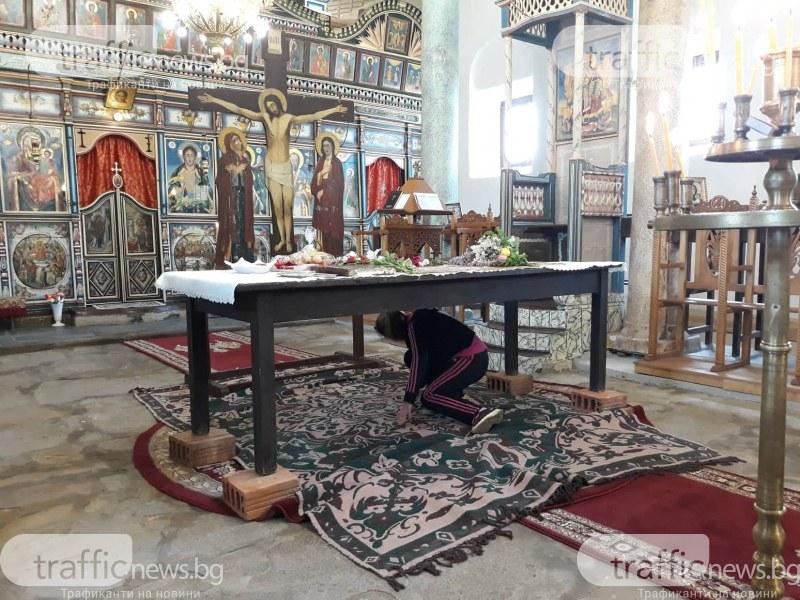 В най-тъжния ден: Миряни минават под масата за прошка в храм на век и половина