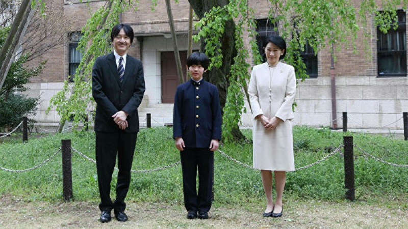 Заплаха за внука на японския император! Неизвестен се промъкна до чина му и остави два ножа