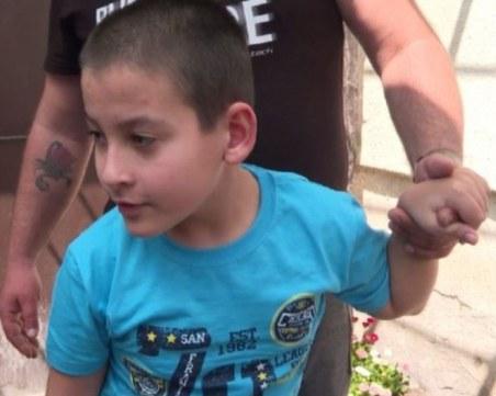 9-годишният Ивелин, който страда от ДЦП, проходи след операция