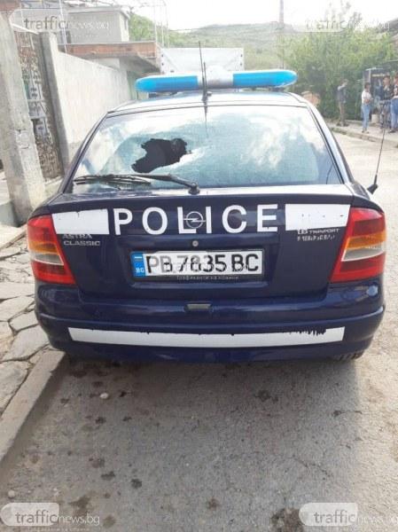Екшън в Куклен! Роми нахлуха в частен имот, изпотрошиха и полицейска кола