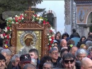 Стотици вярващи тръгват към Бачково, понасят чудотворната икона на Богородица