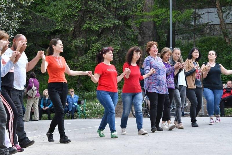 Великденско хоро се изви на Бунарджика в Пловдив