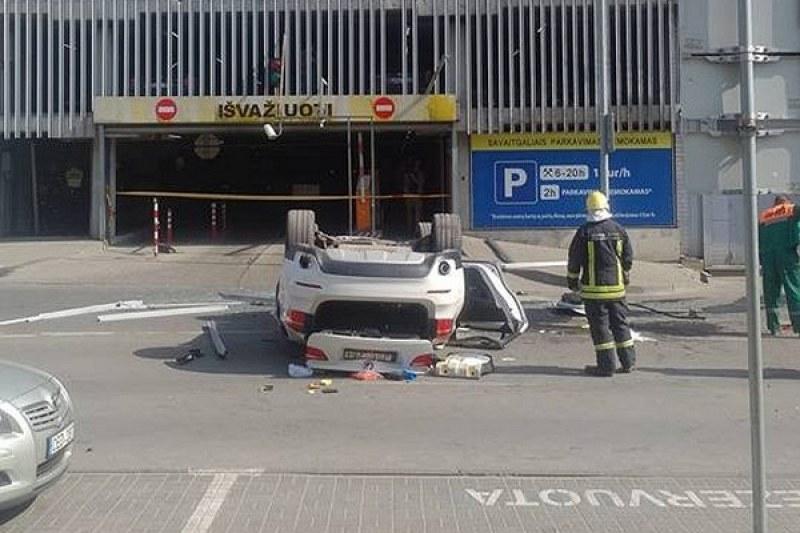Шофьорка с BMW X5 падна от 5-ия етаж на паркинг в мол