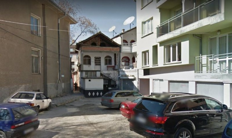 Бяла спретната къщурка в центъра на Пловдив – незаконна, но собствениците ѝ щели да строят друга