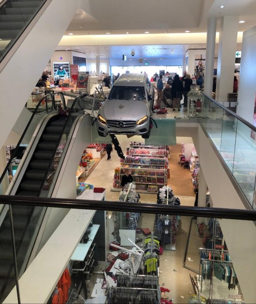 Кола се заби в търговски център в Хамбург, увисна на един от етажите