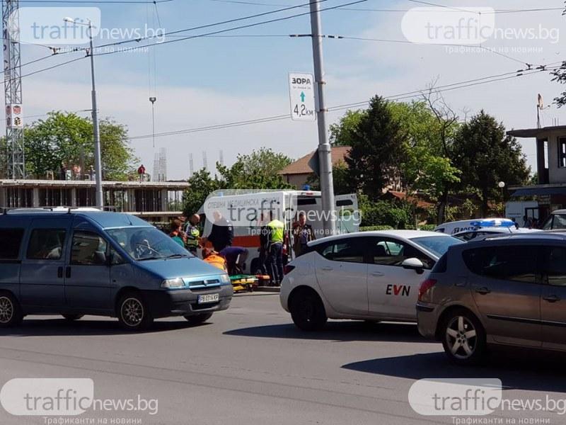 Тежък удар на кръстовище в Пловдив! Откараха моторист в болница