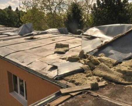 Черният вятър отнесе покриви, повали дървета, а градушка уби овошките в Силистренско