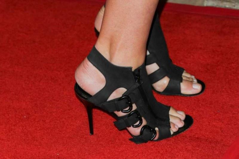 Известни жени с... огромни крака! Как ли си набавят обувки?