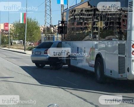 Кола се натресе в автобус в Русе, двама пътници са ранени