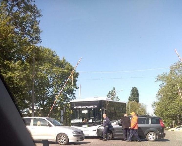 Автобус и кола се блъснаха на прелез в Пловдив