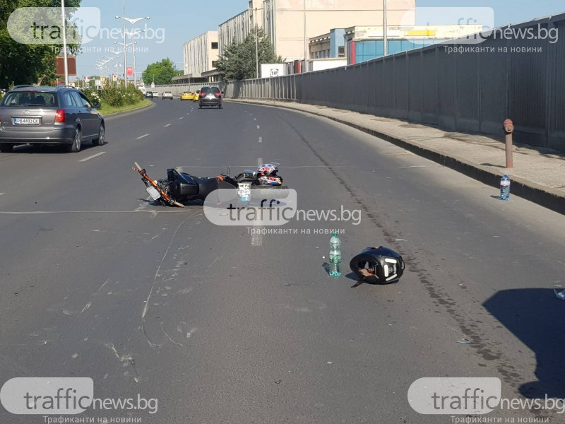 Моторист се заби в аварирала кола, двама са в болница