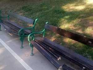 Поправят изпотрошените от вандали пейки на Бунарджика до дни