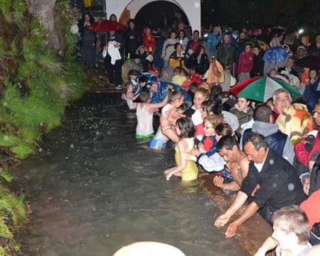 Хиляди търсят изцеление на връх Дамбалъ тази вечер