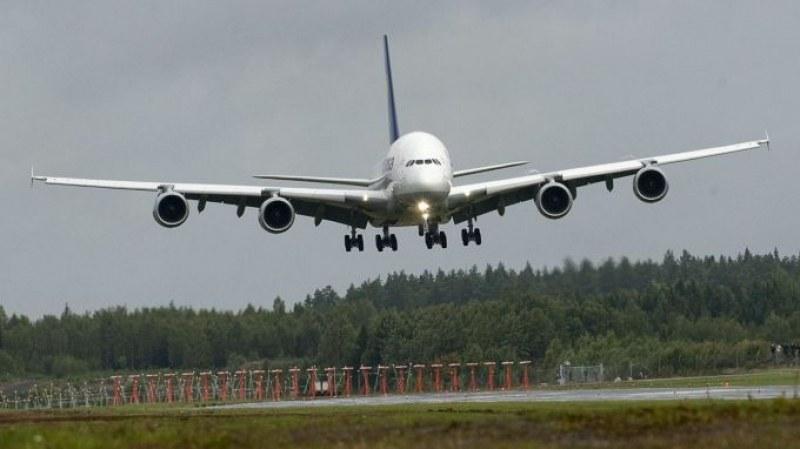 Самолетът с гръцкия президент кацна принудително!