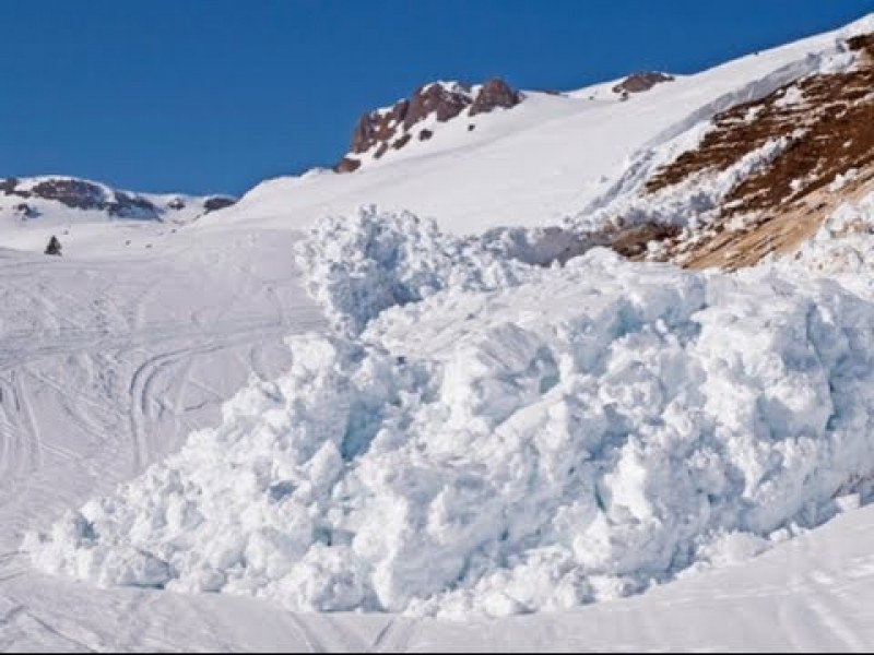 Лавина затрупа седем туристи в Сибир