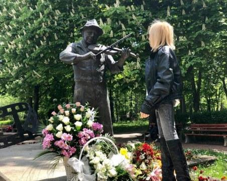 Лили Иванова поднесе цветя пред паметника на Тодор Колев в Шумен