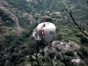 Балон с хора се заклещи в скали близо до Пловдив
