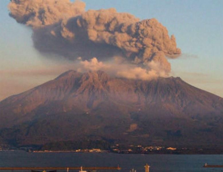 Вулканът Асо изригна отново, евакуират живеещите в района