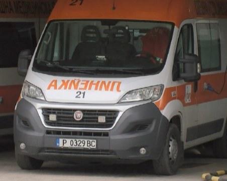 Кола се заби в дърво край Русе, двама са в болница