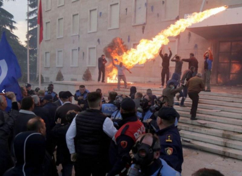 Тирана пламна от протести и безредици