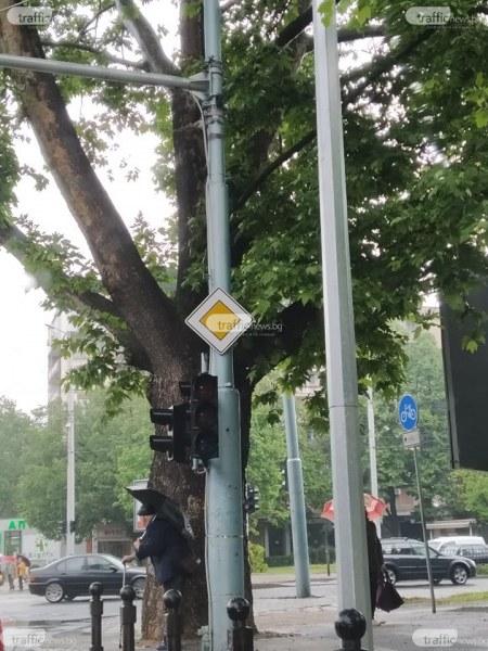 Три дни се борят с кабели на невралгично кръстовище в Пловдив, светофарът ту работи, ту не