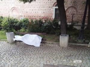 Човек, завит с бял плащ през глава, стресна хората в центъра на Пловдив