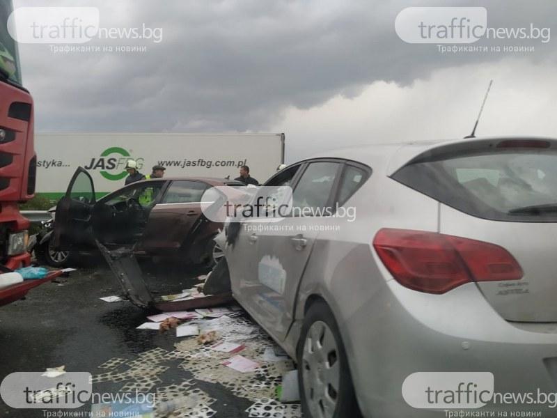 Меле на магистралата край Пловдив, три коли и камион са размазани