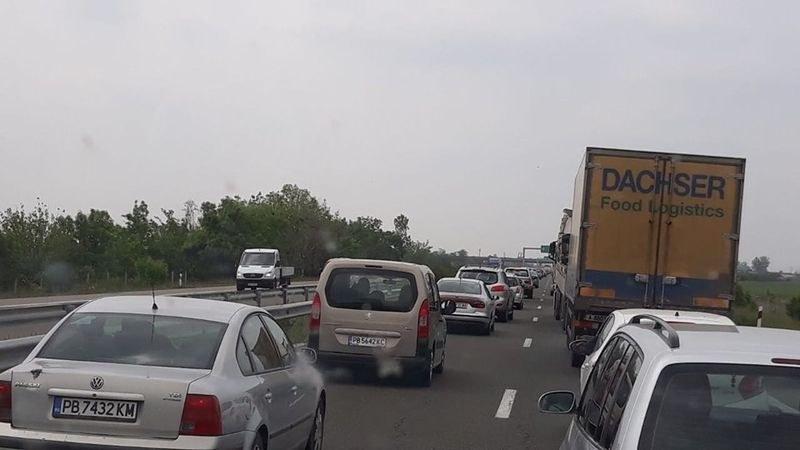 Пълна блокада на магистралата за София, колите не помръдват