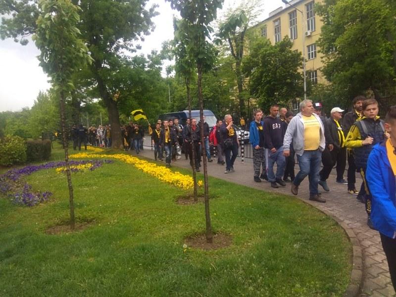 """Жълто-черни знамена се веят пред стадион """"Васил Левски"""""""