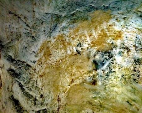 Скандалът с Магурата: Вандали драскат, общинари замазват с кал