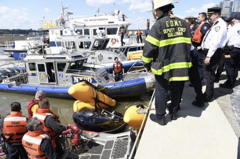 Хеликоптер падна в река, тече спасителна акция