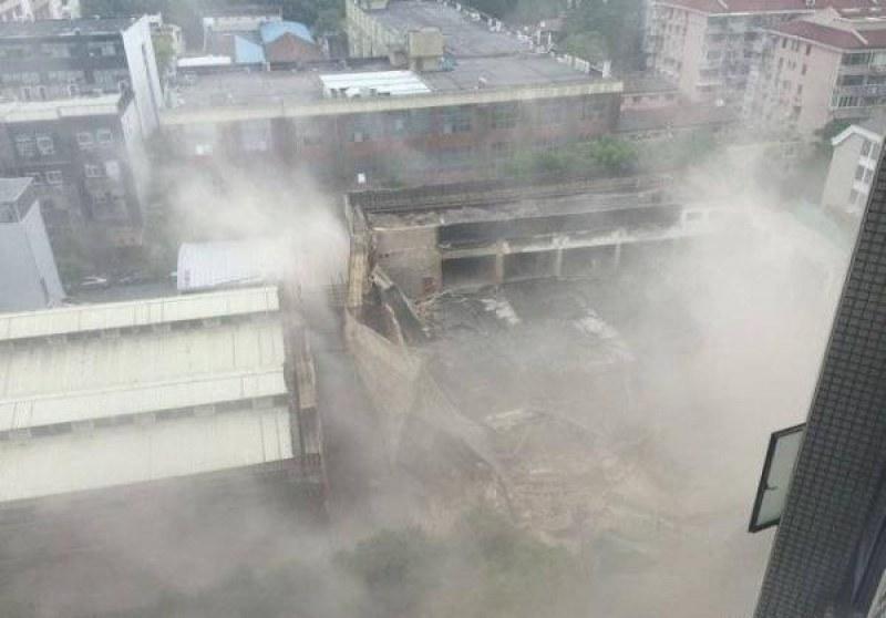 Строеж в Шанхай се срути над главите на работници. Блокирани под руините са 10 души