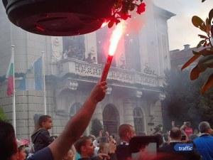 Купата пристигна пред Общината! Кметът поздрави Крушарски, той си пожела стадион