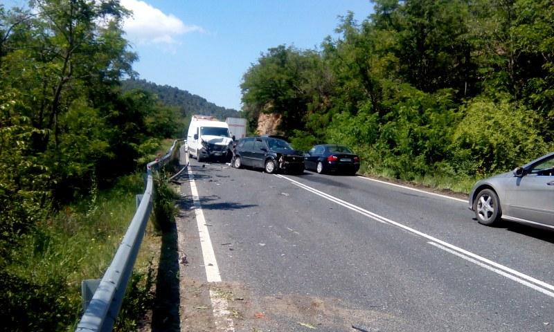 Верижна катастрофа затапи Е-79 край Кресна, има пострадал