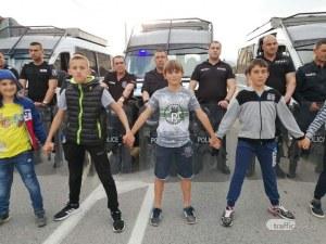 Деца застанаха пред жандармеристите в Кърнаре