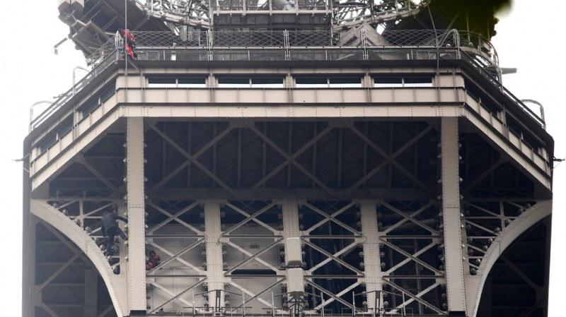 Мъж се покатери на Айфеловата кула, полицията отцепи района