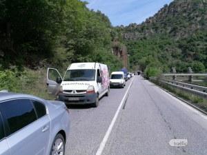 Поредна тапа край Бачково, колоната от автомобили започва от Асеновград