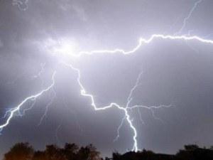 Синоптиците с предупреждение за днес: Идва буря, с мълнии и градушка