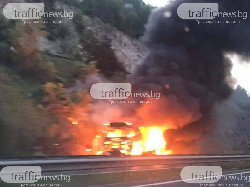 Товарен автомобил в пламъци на автомагистрала