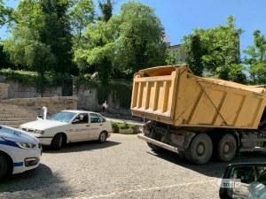 Камион счупи бариерата на Стария град, полицията е на място