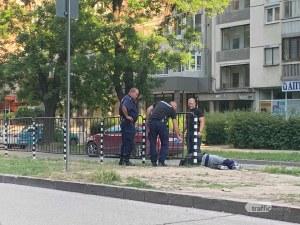 Мъж припадна на булевард в Пловдив, униформени спряха да му помогнат