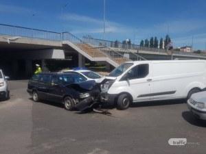 Челен удар между кола и микробус в центъра на Пловдив, откараха мъж с линейка