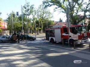 Кола избухна в пламъци на централен булевард в Пловдив