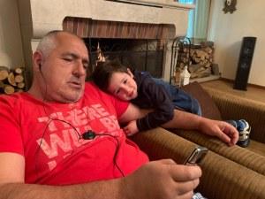 Бойко и Бойко... Премиерът си постна предизборно снимка с внучето