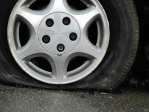 Три автомобили осъмнаха със спукани гуми на улица в Кършияка