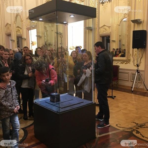 Мечът на Кубрат напълни Националната галерия, опашки и снимки с часове