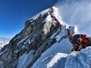 Задръстване от алпинисти на Еверест! Има загинали